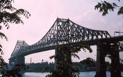 Photographie couleur du pont avec vue sur Montréal
