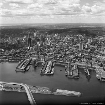 Vue aérienne du port de Montréal, vu du sud.