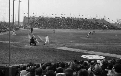 Le voltigeur et joueur de premier but étoile des Expos Ron Fairly au bâton lors d'une partie contre les Cardinals de Saint-Louis le 8 avril 1970.
