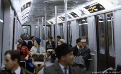 Photographie couleur d'usagers et usagères du métro, observateurs et attentifs.