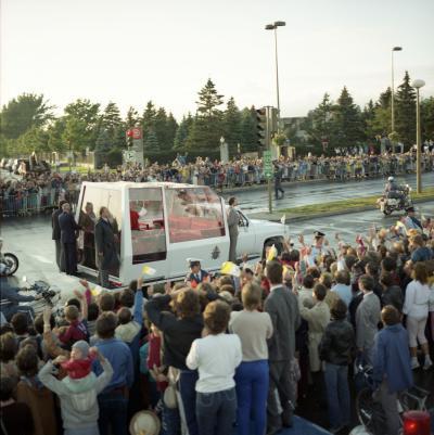 Le pape salue la foule de sa papamobile, avenue Rosemont, le long du Jardin botanique