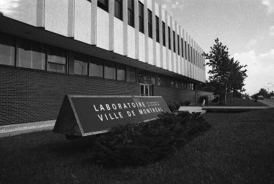 Photo d'un bâtiment avec une enseigne à l'avant sur laquelle on peut lire Laboratoire de contrôle et d'expertise Ville de Montréal