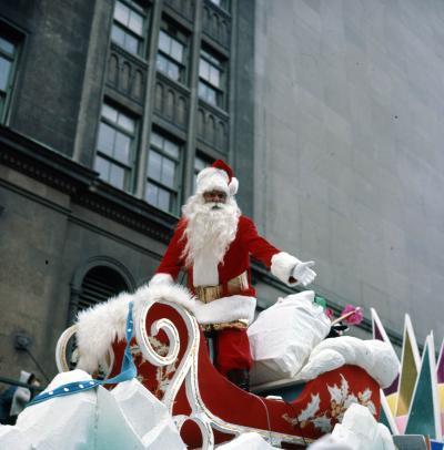 Le père Noël dans son char allégorique