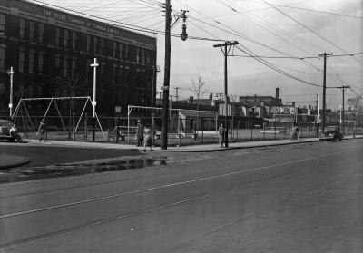 Photo noir et blanc montrant le parc Sainte-Cunégonde en avant-plan et les bureaux de la Stelco à l'arrière-plan.