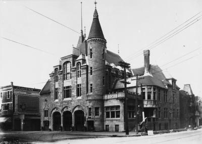 Photo en noir et blanc représentant un édifice de pierre à l'architecture évoquant un château.