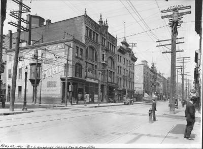 Boulevard Saint-Laurent en direction nord, prise à partir de la rue Vitré (aujourd'hui l'avenue Viger). On peut remarquer sur le flanc gauche une succession d'édifices abritant différents commerces dont l'édifice Robillard.