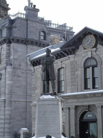 Statue à John Young