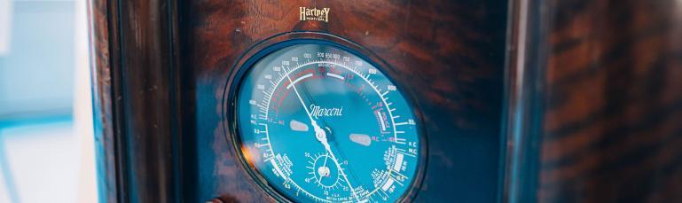 Gros plan sur un appareil radio iconique de Montréal. On y lit les noms Hartney et Marconi.
