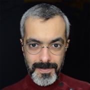 Gros plan sur le visage d'un homme portant des lunettes et une barbe