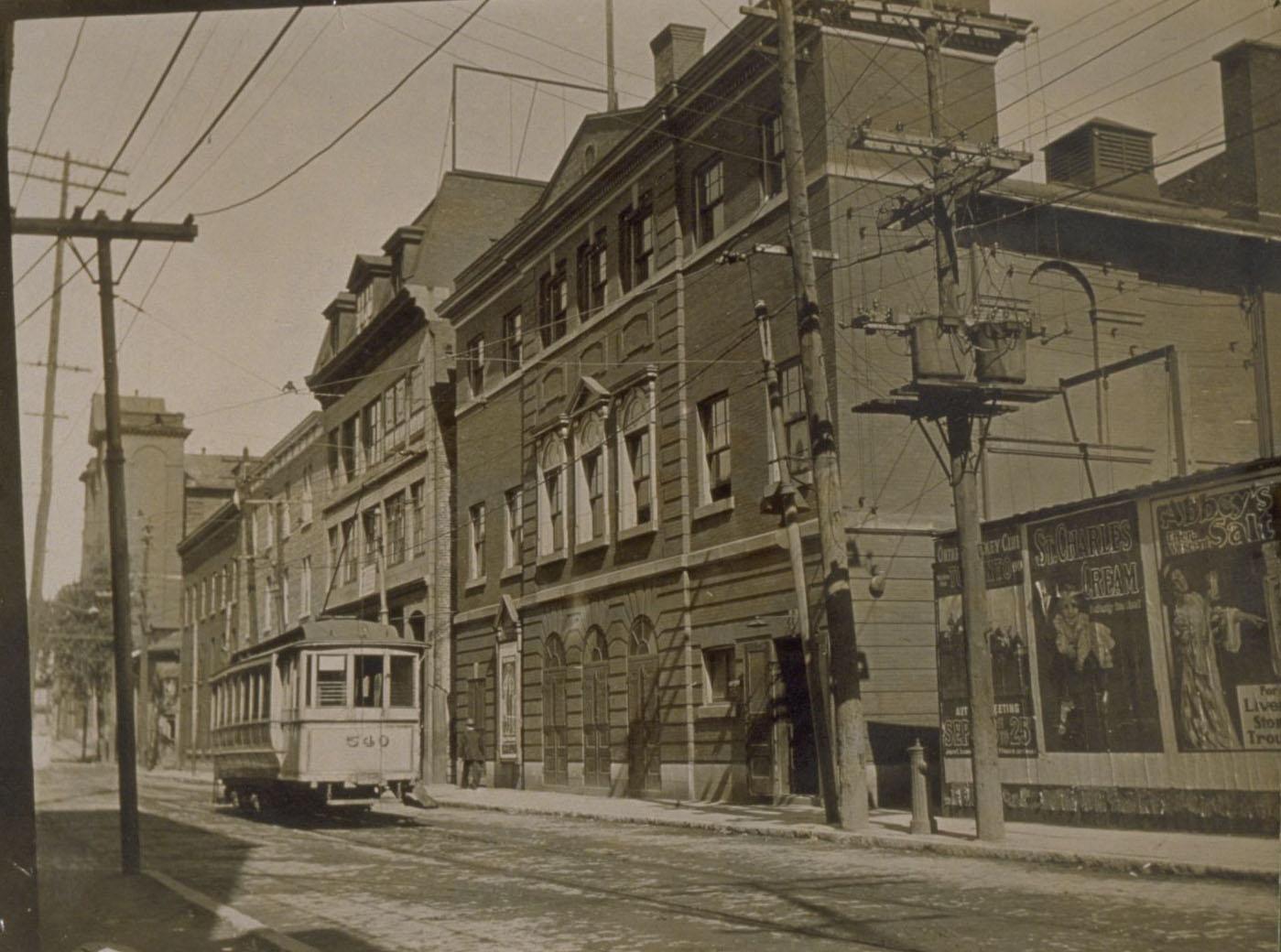 Tramway circulant dans la rue devant le Théâtre Royal