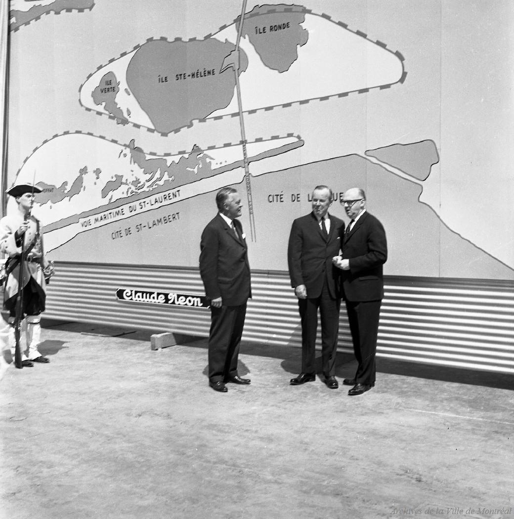 Jean Lesage, Jean Drapeau et Paul Bienvenu en face de la carte du futur site de l'Expo