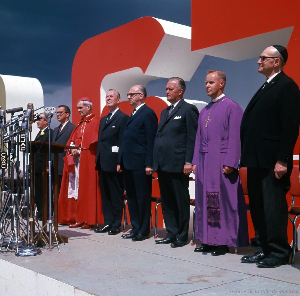 Les invités d'honneur aux cérémonies : Lester B. Pearson, Jean Lesage, Jean Drapeau, les commissaires de l'Expo, le cardinal Léger ainsi que les représentants des églises protestantes et juives.