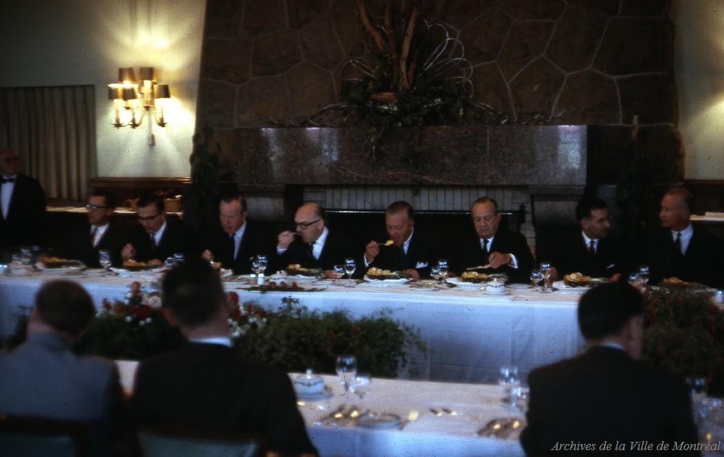 Réunion au restaurant Hélène de Champlain du comité de direction de la Compagnie de l'Exposition, avec la présence des deux premiers ministres avant la cérémonie du début de la construction des îles