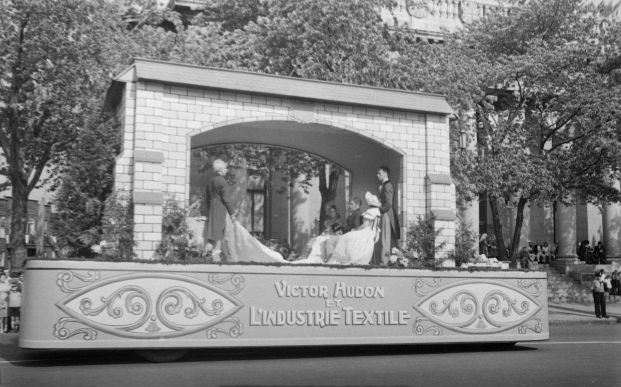 Un char allégorique, dont le thème est «Victor Hudon et l'industrie textile», fait partie du défilé de la Saint-Jean-Baptiste à Montréal.