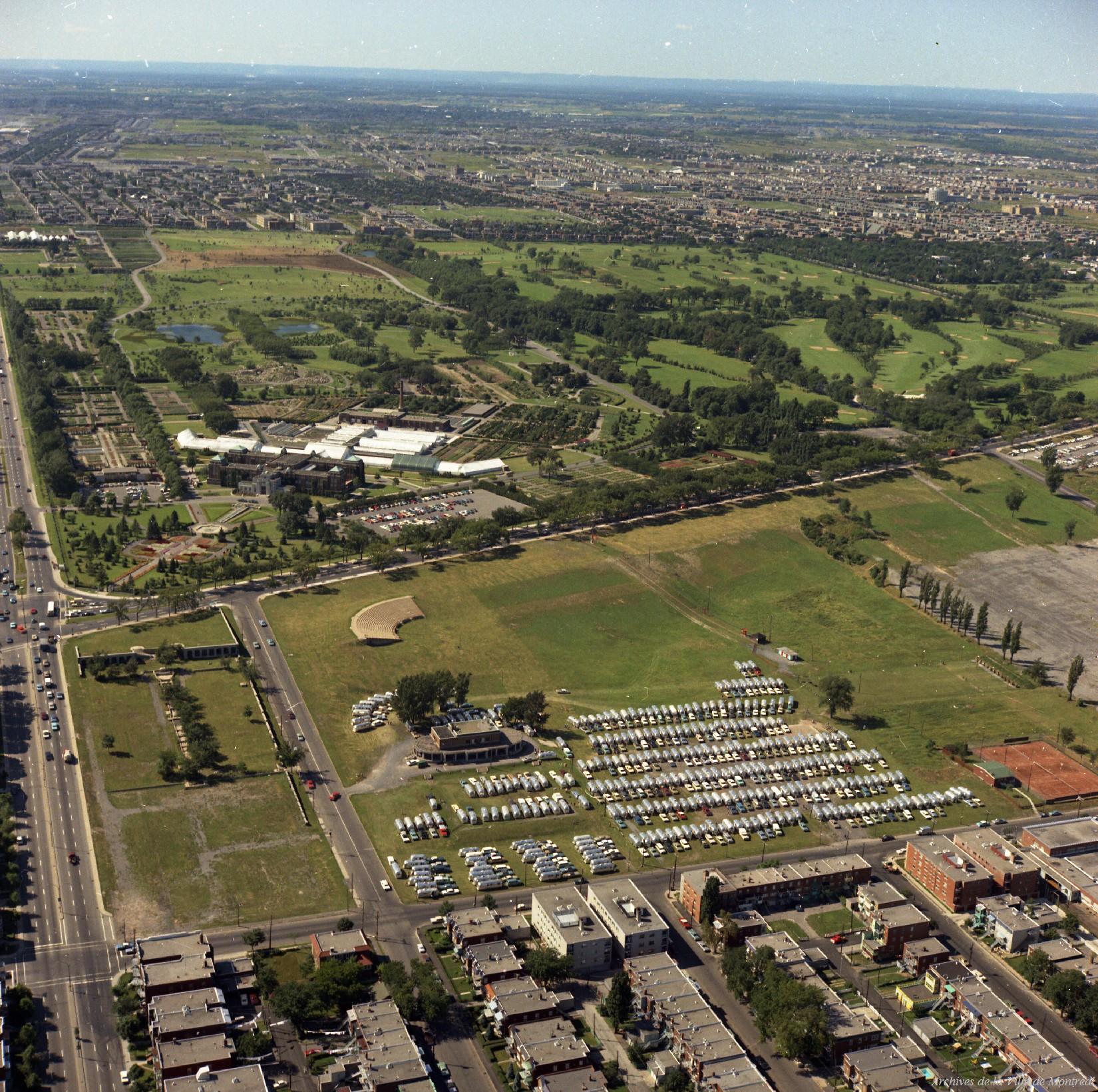 Vue aérienne montrant un grand espace vert dans une ville.