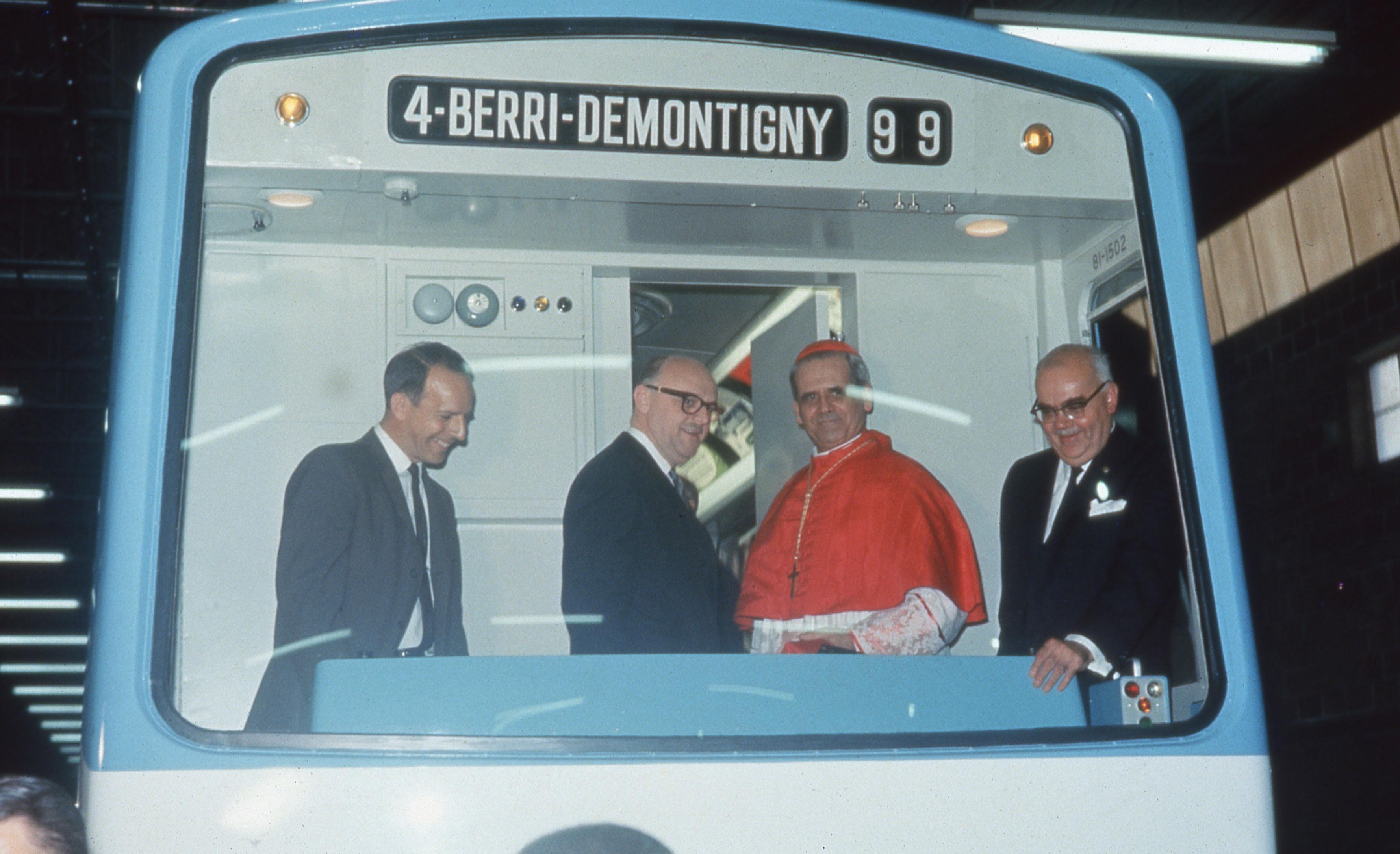 Inauguration de la première rame du métro à la Canadian Vickers, en présence notamment du cardinal Paul-Émile Léger, du maire Jean Drapeau et le président de la Commission de transport de Montréal, Lucien L'Allier.