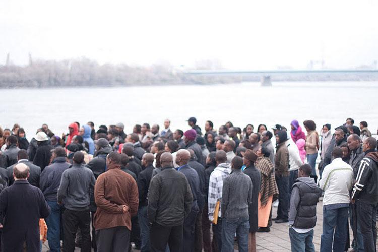 Foule devant le fleuve lors de la marche commémorative en 2010