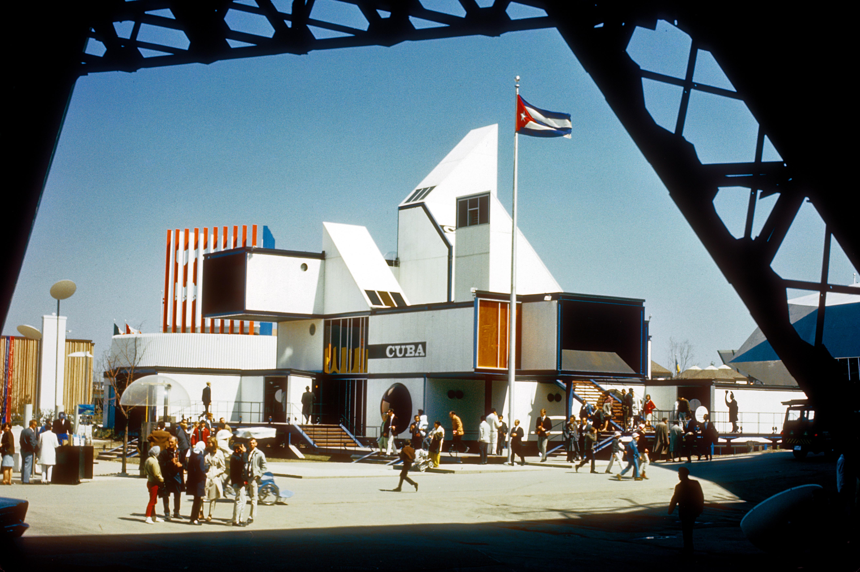 Vue d'ensemble du pavillon cubain, avec quelques visiteurs autour.