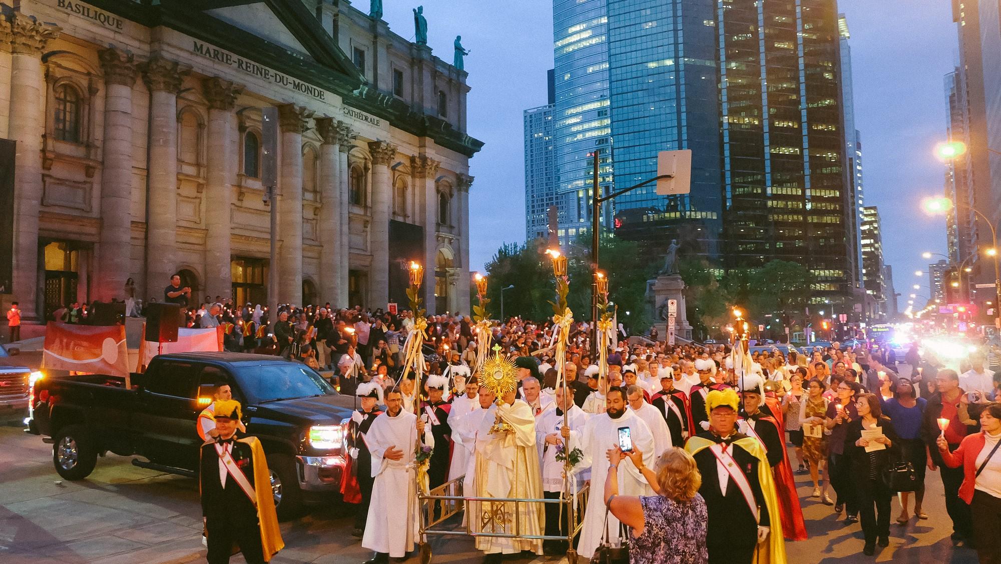 Procession de la Fête-Dieu devant la cathédrale Marie-Reine-du-Monde en 2016