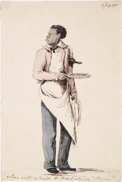 Serveur noir debout tenant une assiette dans une main et une bouteille sous le bras
