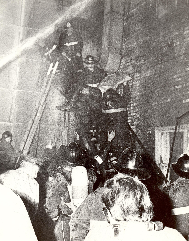 Pompiers au travail lors de l'incendie du Blue Bird