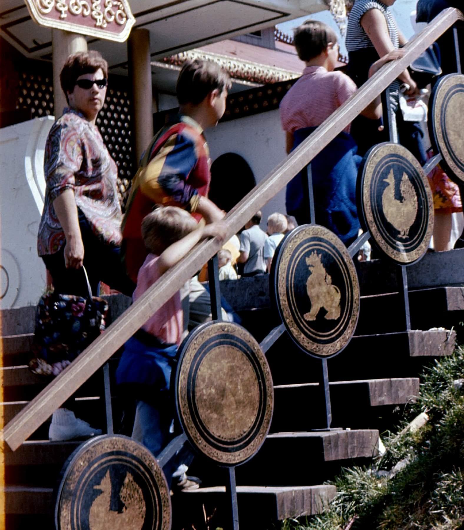 Jean Huard et sa famille montant les escaliers d'un pavillon