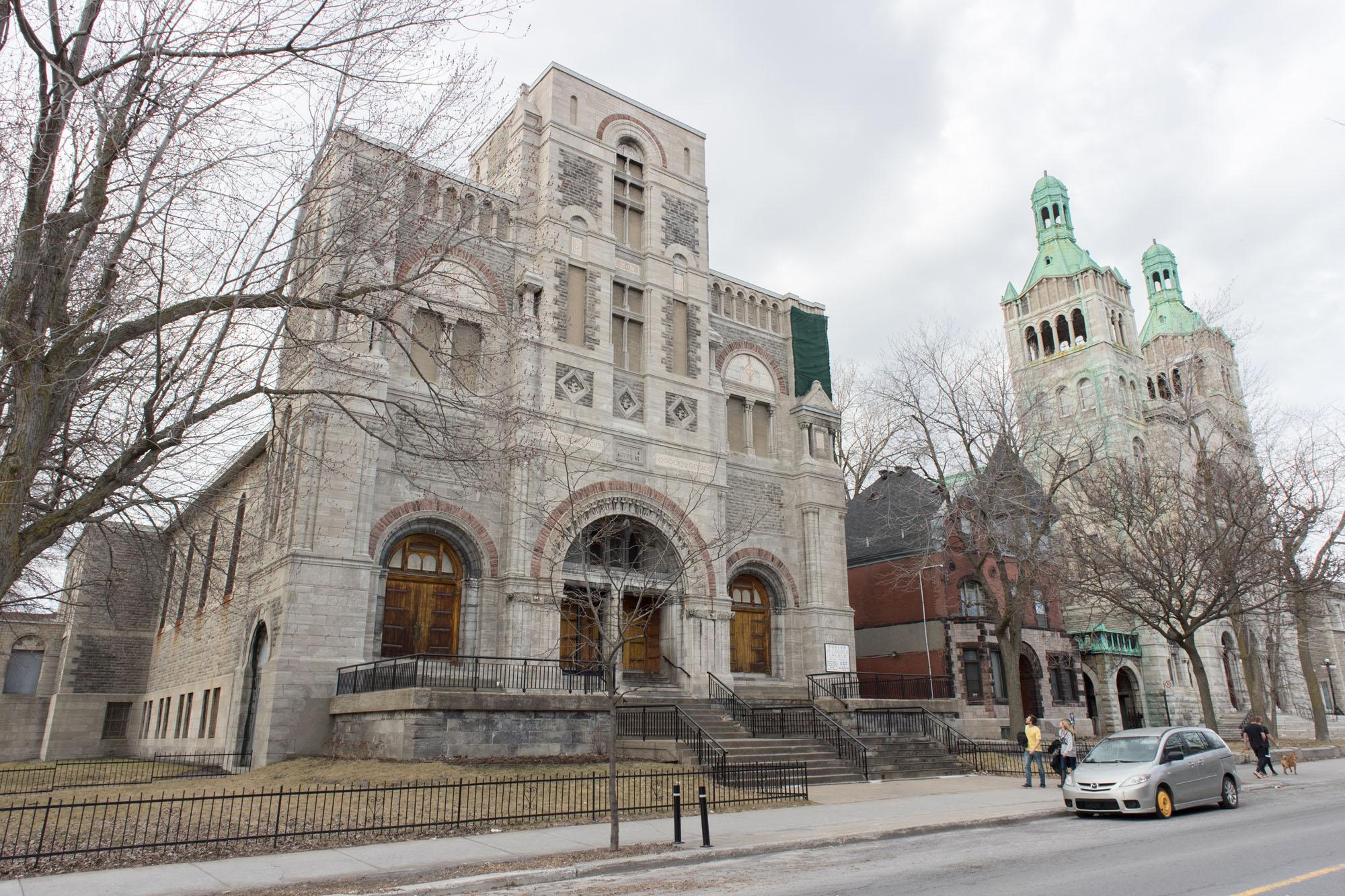 Les églises Saint-Gabriel et Saint-Charles dans la rue Centre.