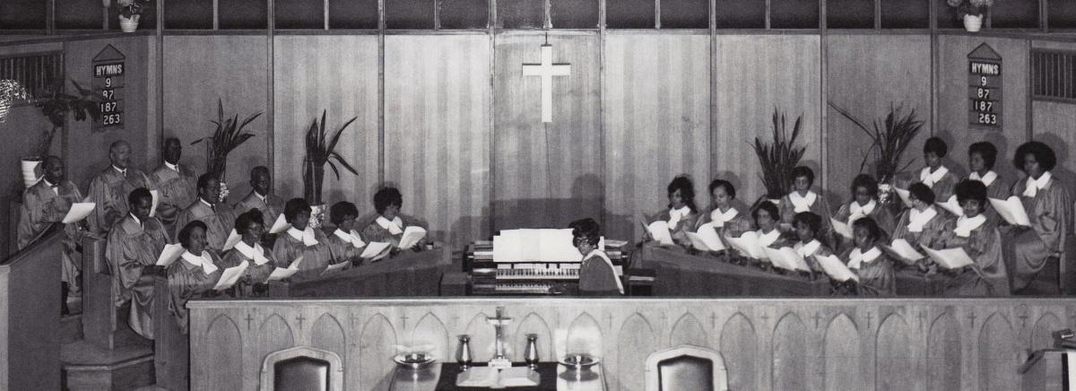 Le chœur constitué d'une vingtaine de chanteurs entoure l'organiste à l'église.