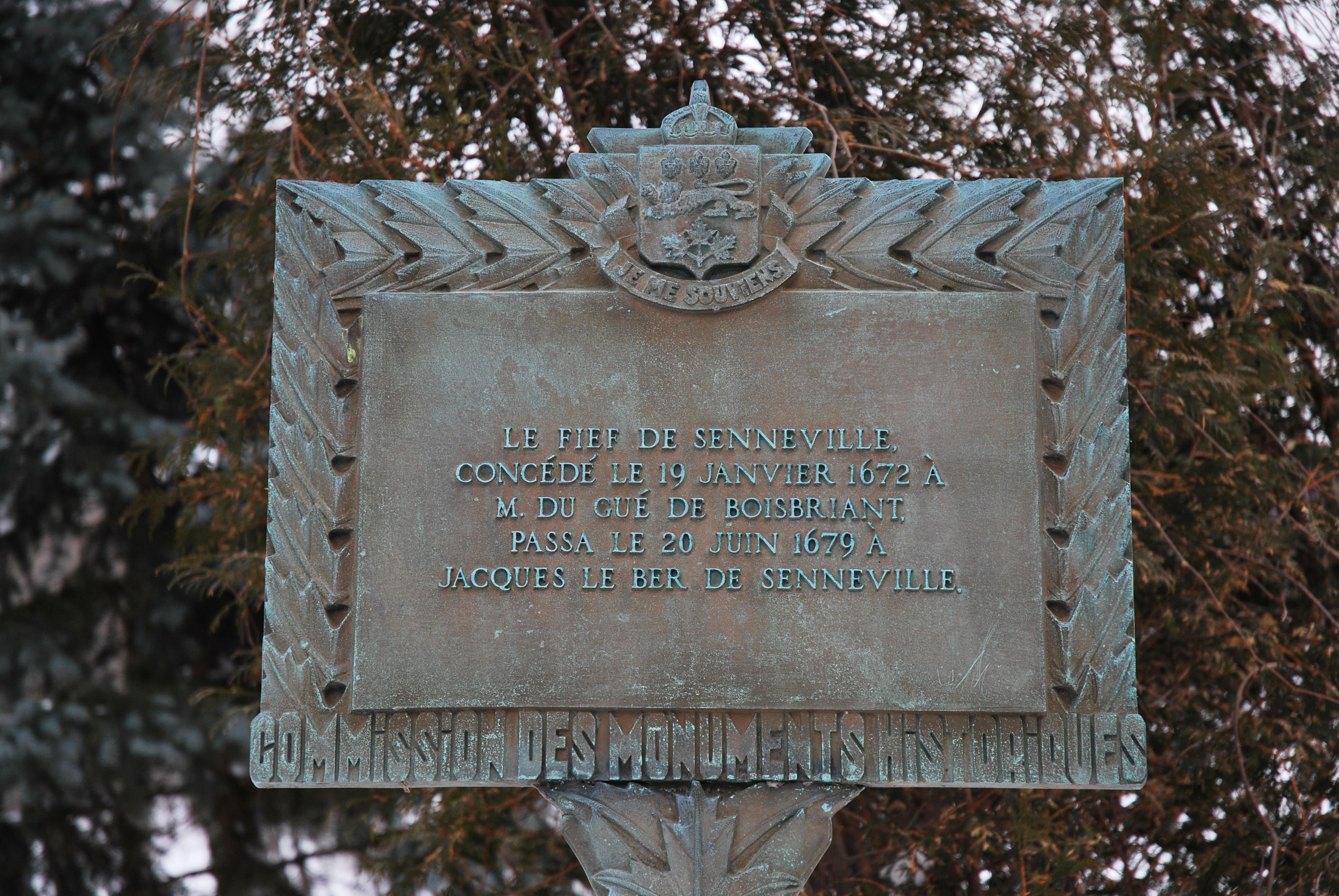 """Plaque commémorative sur laquelle on peut lire """"Le fief de Senneville, concédé le 19 janvier 1672 à M. Du Gué de Boisbriant, passa le 20 juin 1679 à Jacques Le Ber de Senneville"""