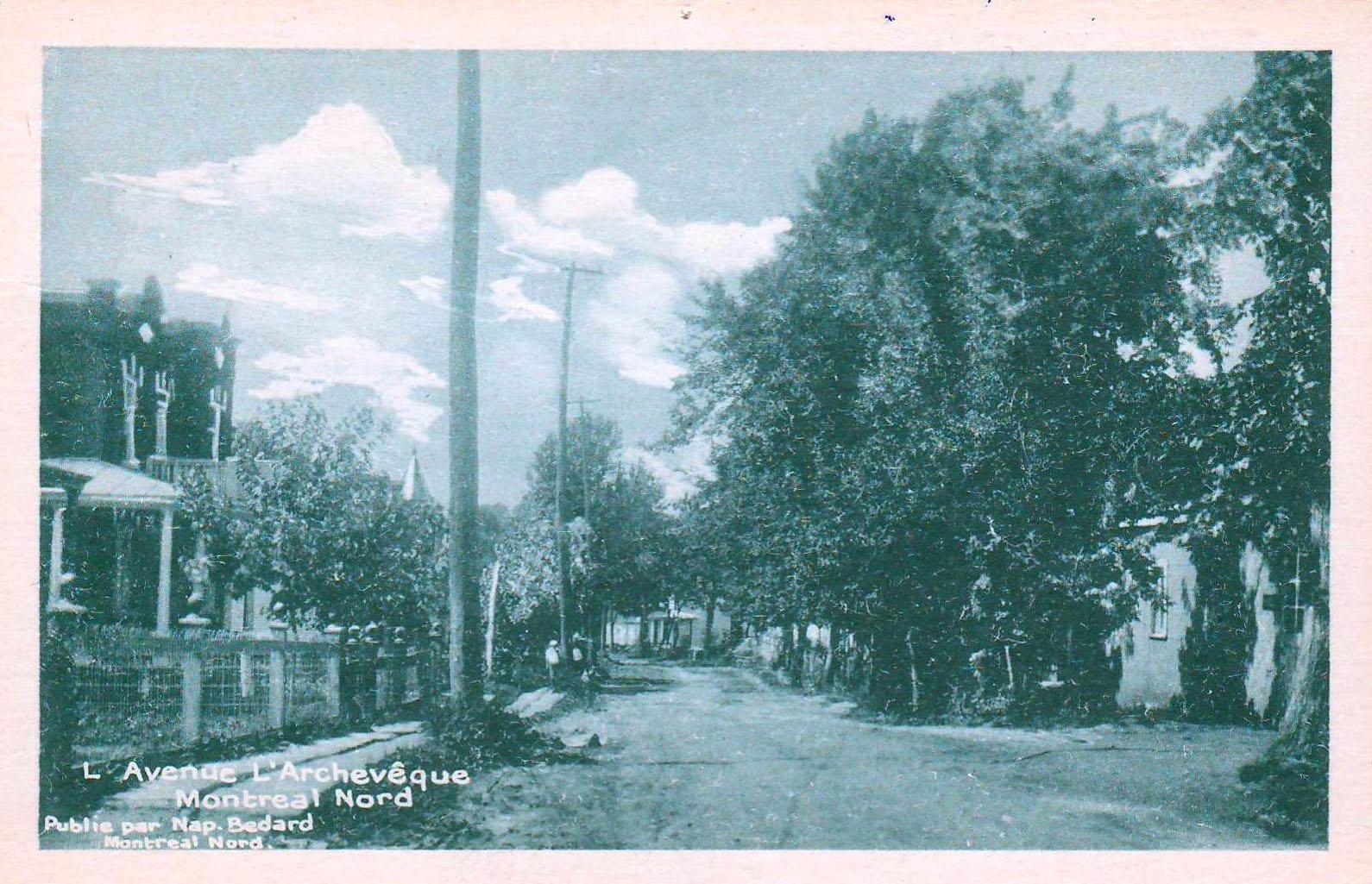 La carte postale montre l'avenue L'Archevêque vers 1930. La somptueuse maison à la gauche sert de résidence et de bureau de consultation au premier médecin de Montréal-Nord, Ovide Clermont.