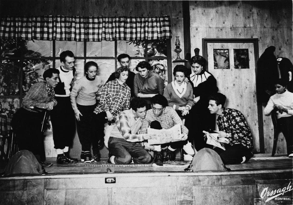 Un groupe de comédiens sur la scène du théâtre Gesù lors du festival d'art dramatique.