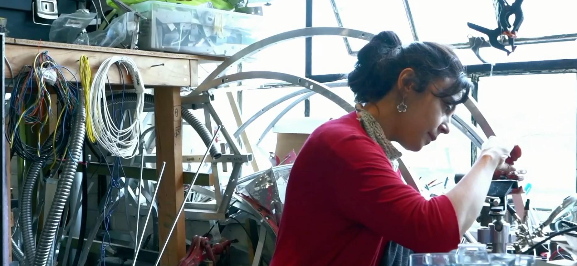 Photo d'une femme dans un atelier