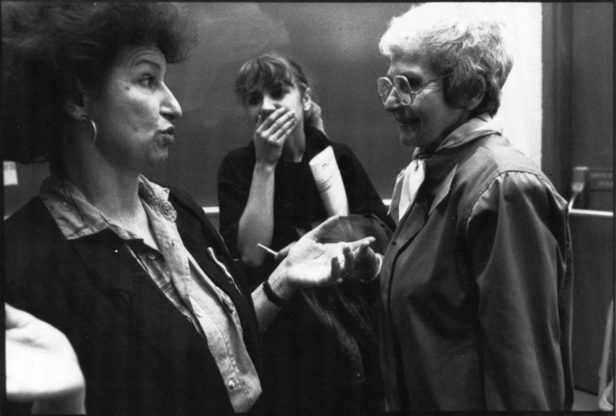 Aura Bizzarri, Madeleine Parent et une autre femme debout.