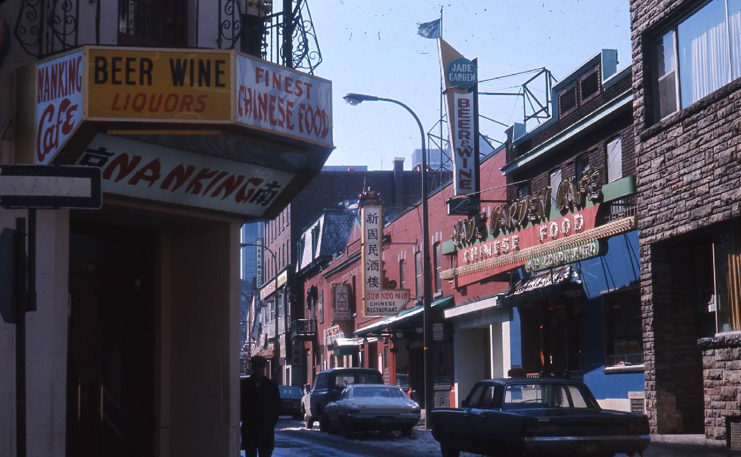 Cette photo du Quartier chinois a été prise le 25 mars 1968. Elle nous montre les deux langues prédominantes dans le quartier à cette époque, l'anglais et le cantonais.