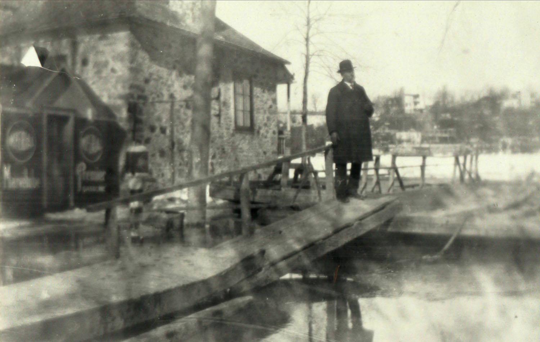 Le docteur Ovide Clermont à la traverse vers 1930