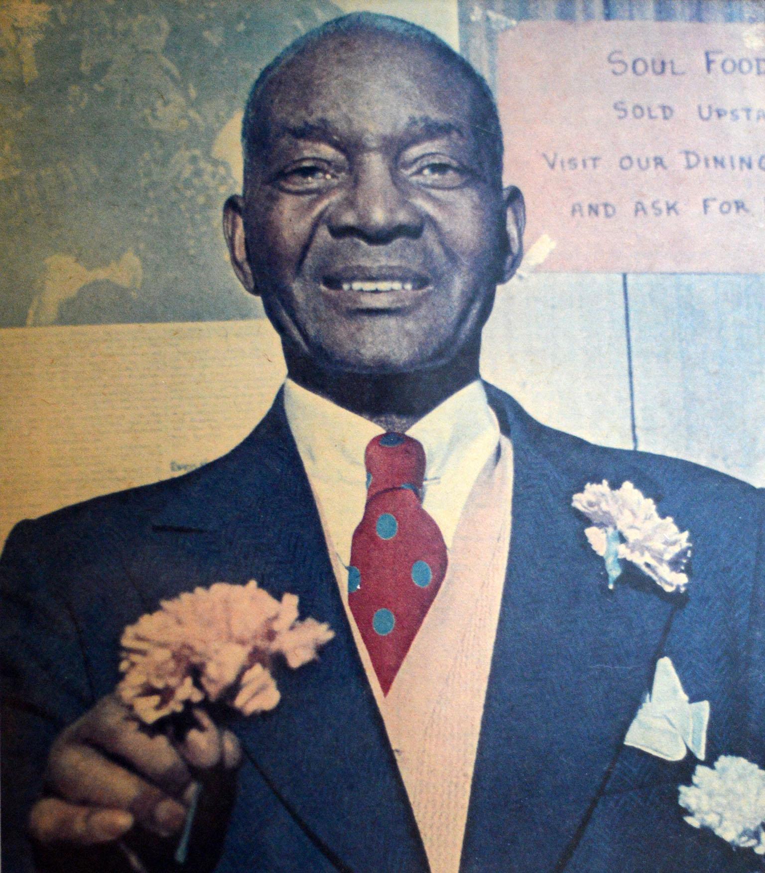 Photographie en plan rapproché poitrine illustrant un homme noir d'âge mur en complet-cravate.