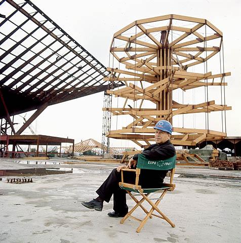 Pierre Dupuy sur le site du pavillon du Canada en construction