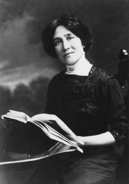 Photo noir et blanc d'une jeune femme à la fin du XIXe siècle tenant un livre