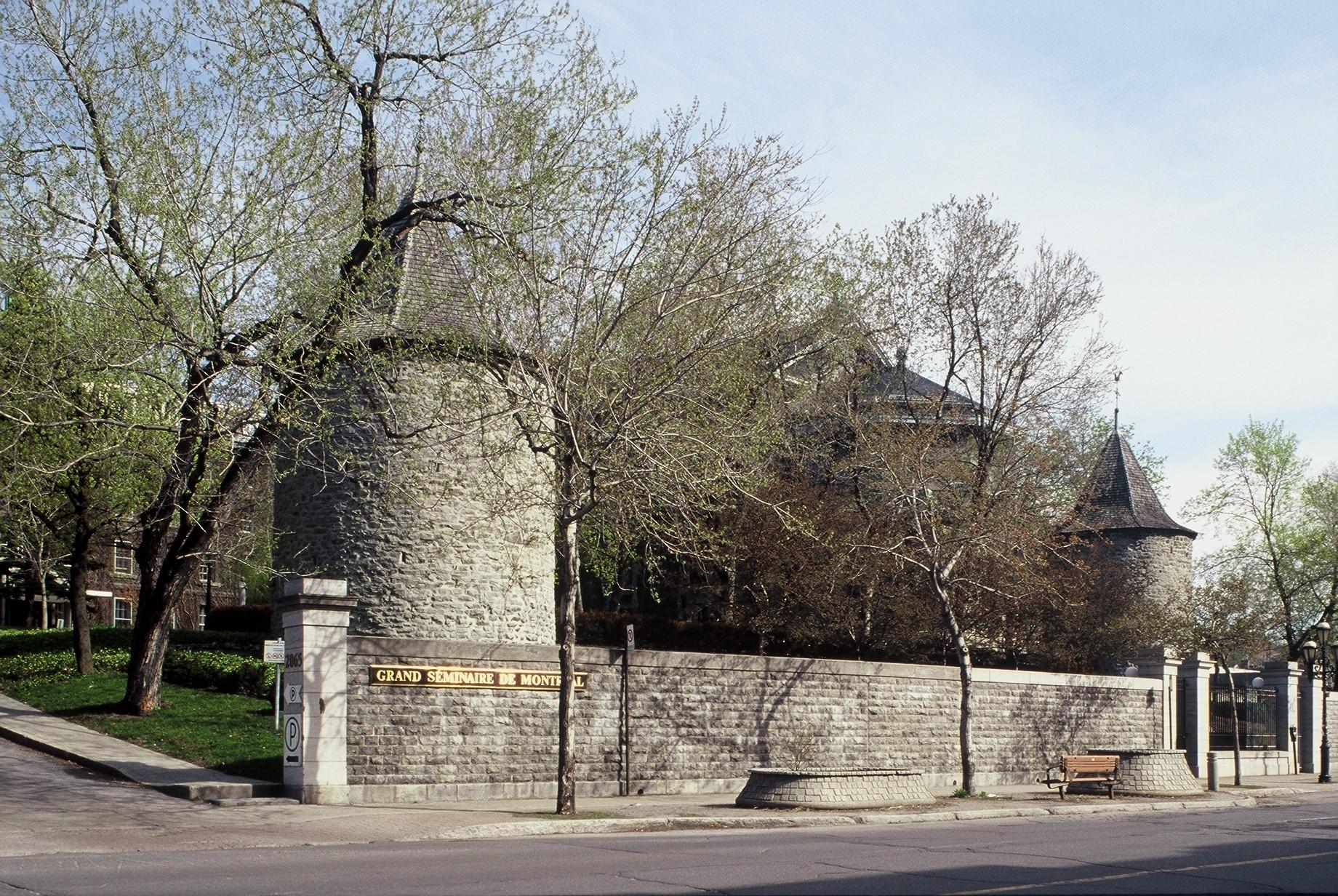 Tours du fort de la Montagne sur la rue Sherbrooke Ouest, derrière les murs du Grand Séminaire de Montréal