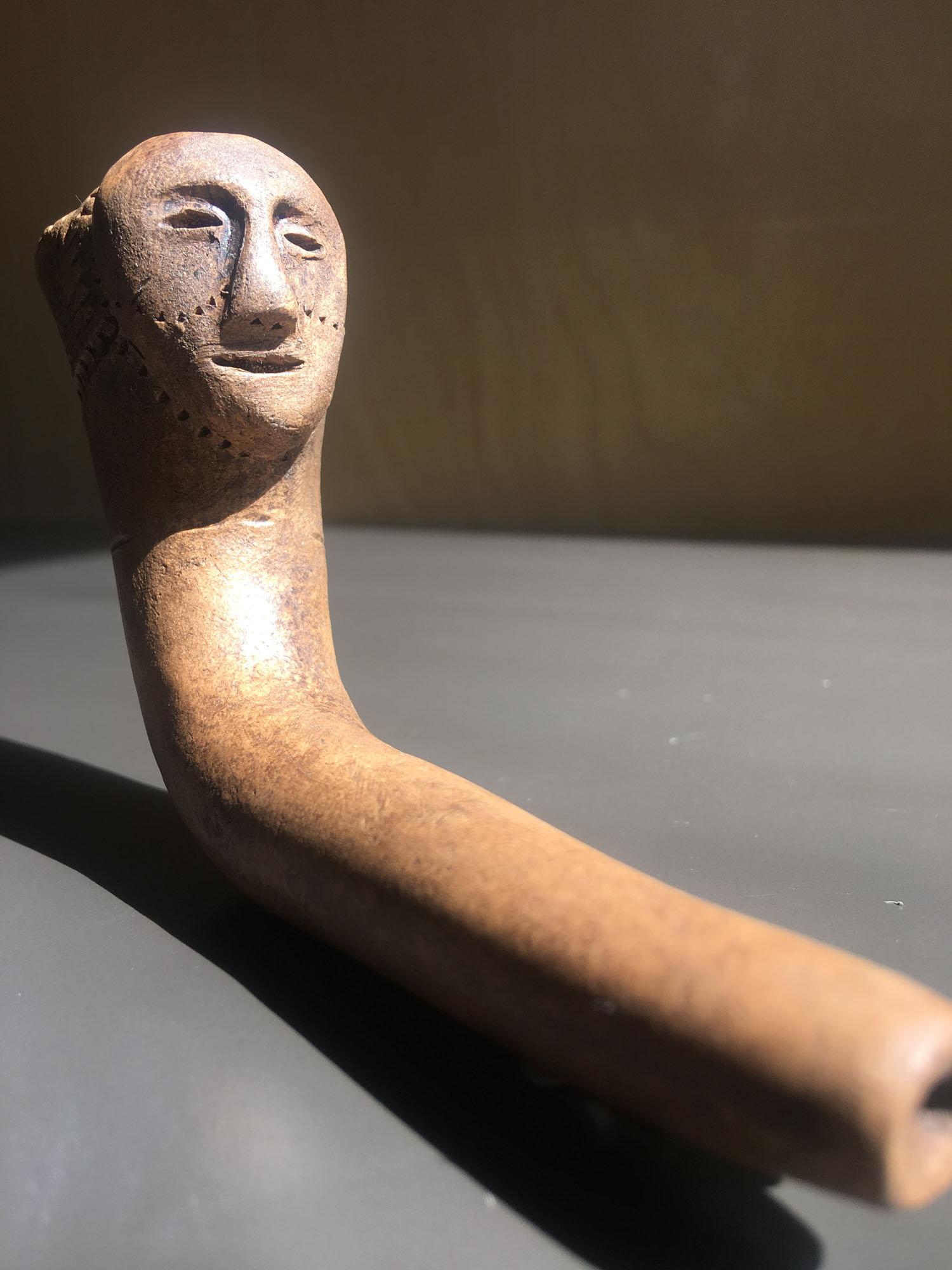 Reproduction d'une pipe iroquoienne avec visage sculpté