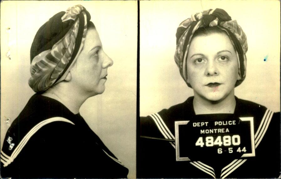 Photographie de profil et de face d'une femme avec un fichu sur la tête et portant une robe d'inspiration marine.