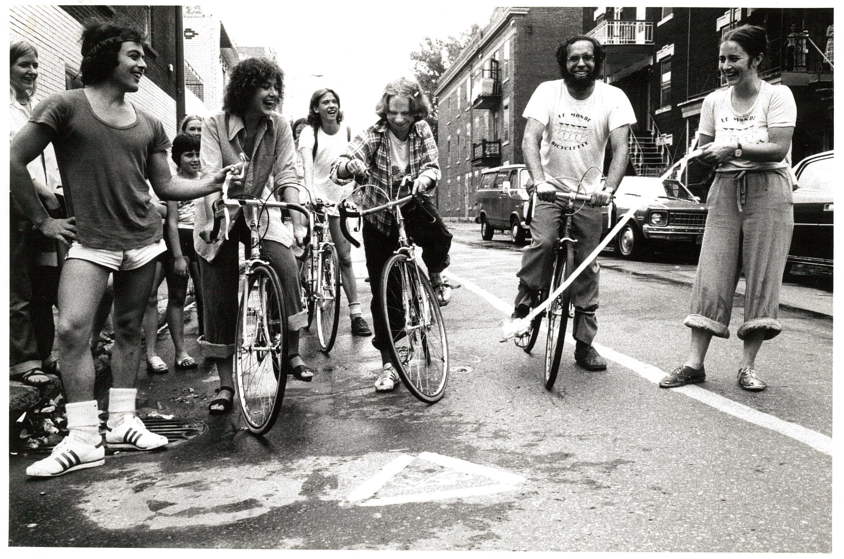 Groupe de cyclistes qui font une piste cyclable illégale.