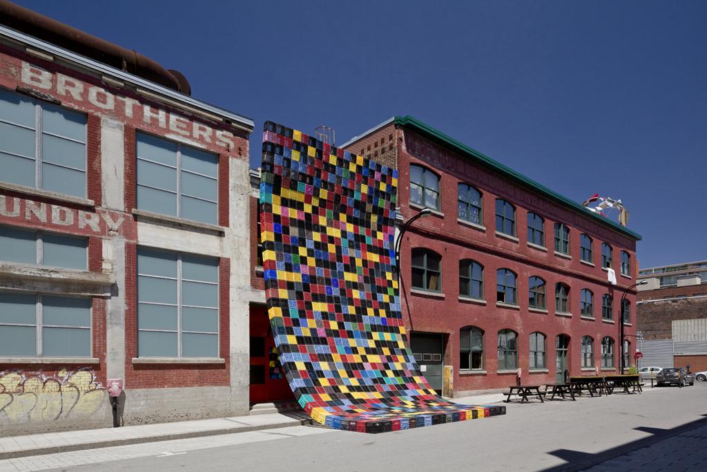 Installation de Philippe Allard et Justin Duchesneau sur la place publique de la Fonderie Darling.