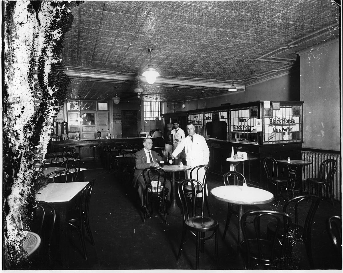 Intérieur d'une taverne de Montréal vers 1925.