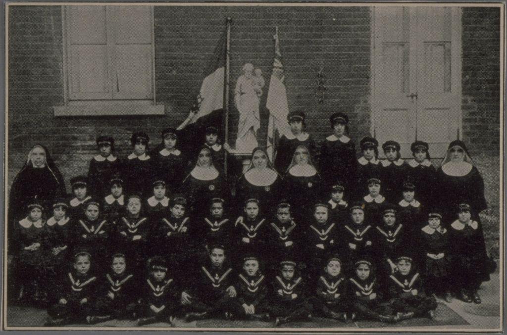 Enfants et religieuses de l'Orphelinat italien San Giuseppe..