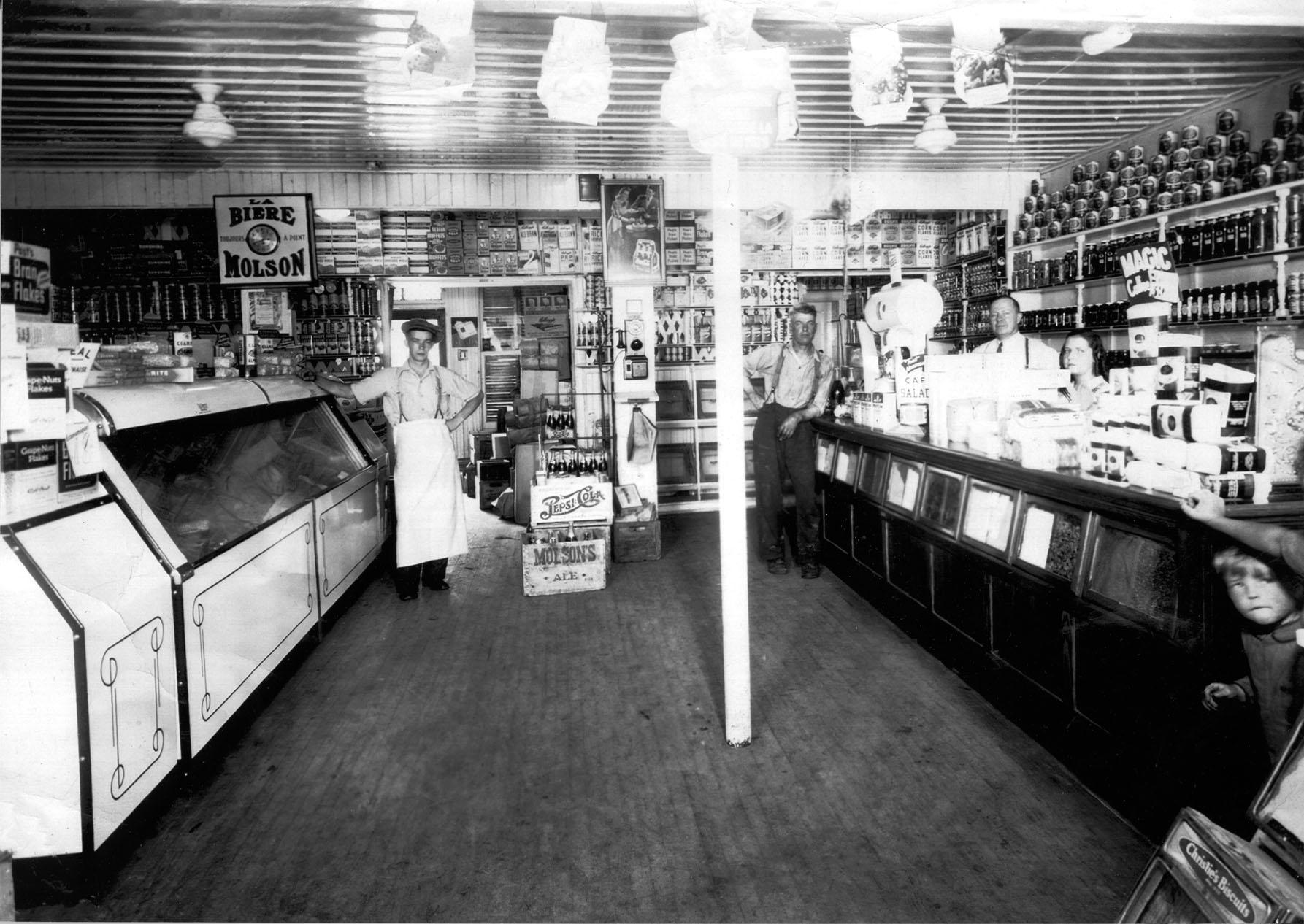 Intérieur d'une épicerie dans les années 1940