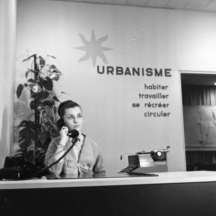 Réceptionniste du Service de l'urbanisme au téléphone.
