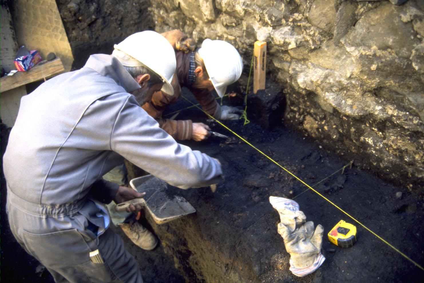 Deux archéologues effectuent des fouilles en 2000