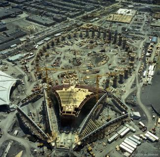 Photographie aérienne du stade en chantier, On voit la base du stade et du vélodrome.