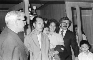 Jacques Couture (droite), ministre de l'immigration sous René Lévesque, en compagnie d'une famille vietnamienne parrainée.